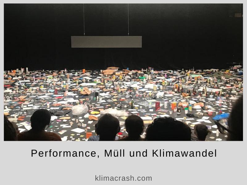 Foto einer Performance über Müll