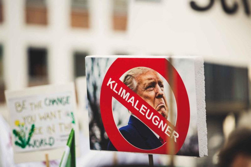 Demonstrations-Verbotstafel mit Trumpfoto