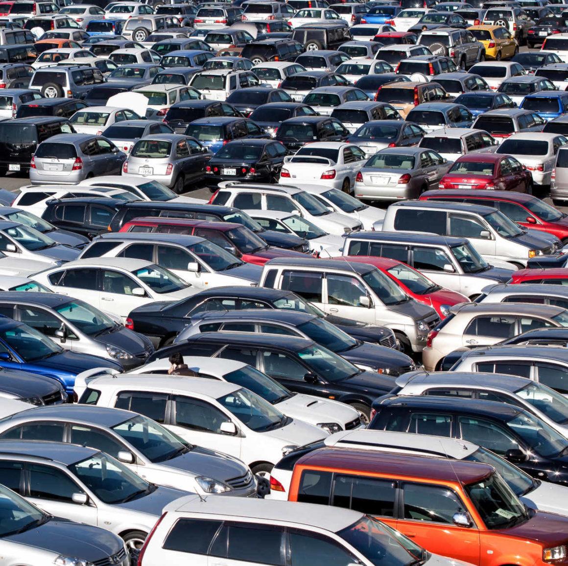 Das Bild zeigt eine Fülle verschiedenster geparkter PKW.