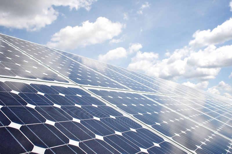 Photovoltaikpanele und der blaue Himmel