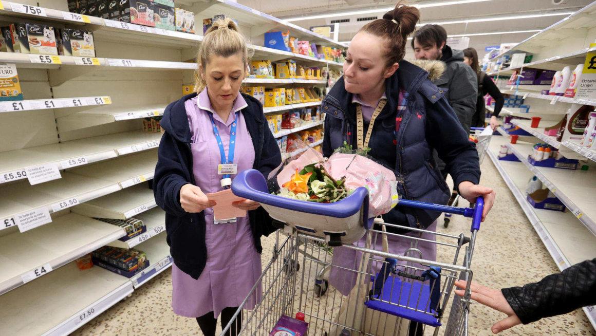 Freiwillige Helfer bei der Nahrungsmittelhilfe