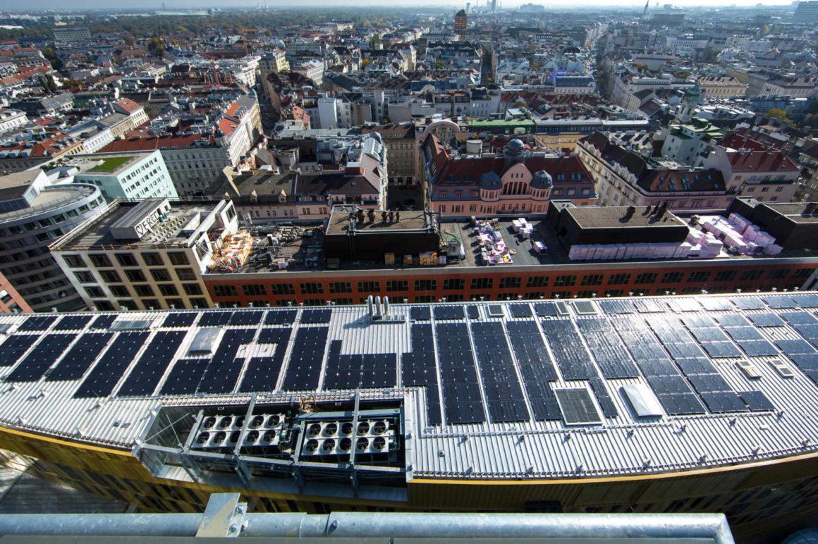 Photovoltaikanlage auf dem Dach eines Gebäudes in Wien-Mitte